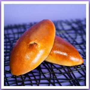 Пирожок печёный с луком и яйцом