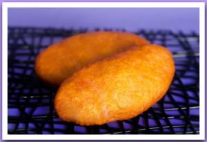 Пирожок с луком и яйцом жареный