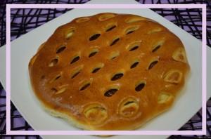 Пирог с джемом (яблочное повидло, клубника, чёрная смородина, вишня, с кусочками яблок и корицей)